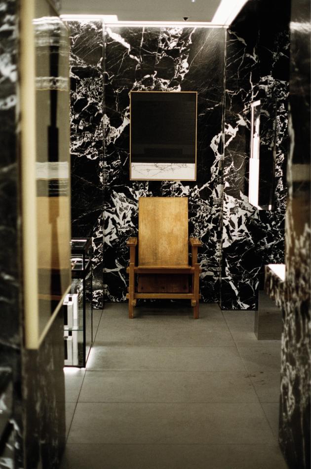 Une chaise du designer néerlandais Gerrit Rietveld, membre du mouvement De Stijl.
