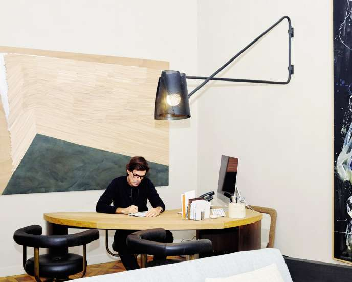 L'architecte d'intérieur Pierre Yovanovitch, le 29 octobre, à son bureau, à Paris.