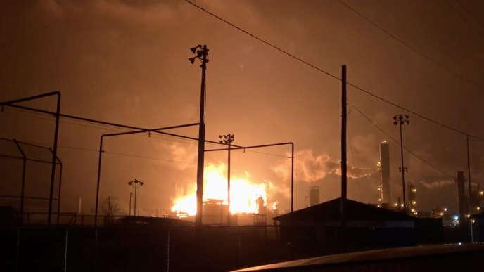 L'usine chimique de Port Neches, au Texas, en feu.