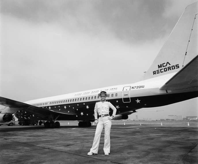 Elton John, devant le Starship, le Boeing des rock stars,à Los Angeles, en 1974.