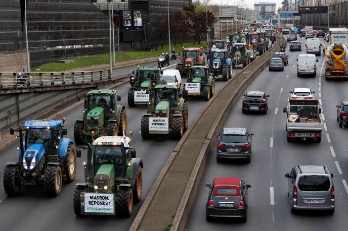 Un convoi d'agriculteurs arrive près du périphérique parisien, mercredi 27 novembre.