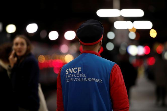 Un salarié de la SNCF à la gare Saint-Lazare de Paris, en novembre 2019.