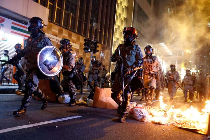 Des policiers franchissent une «barricade» de feu, lors d'une manifestation pour l'autonomie du territoire hongkongais, le 2novembre 2019.