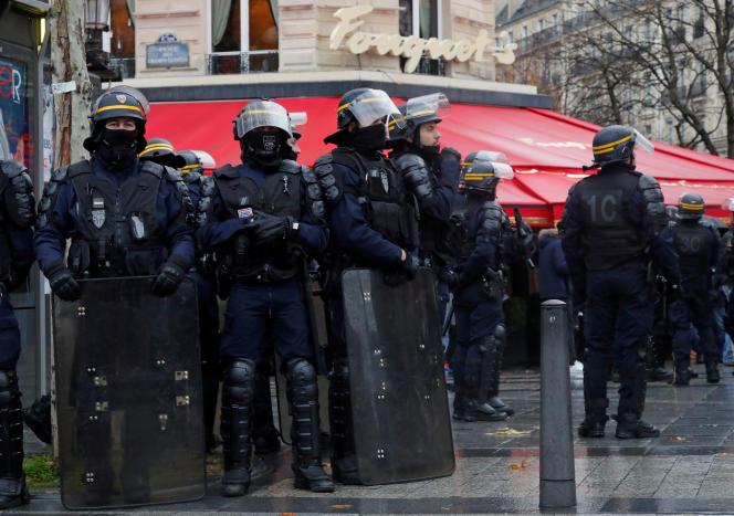 Des CRS devant le Fouquet's, le 19 novembre 2019.