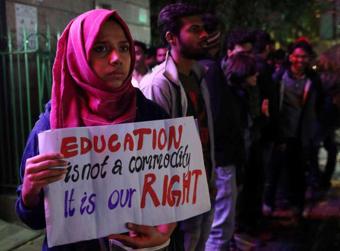 « L'éducation n'est pas une marchandise, c'est notre droit», peut-on lire sur la bannière d'une étudiante protestant contre l'augmentation des tarifs à l'université Nehru de New-Delhi, le 27 novembre.