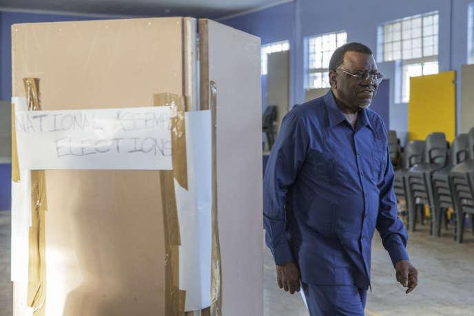 Le président sortant namibien, Hage Geingob, candidat de la Swapo à la présidentielle, vient de voter le 27 novembre 2019 à Windhoek.