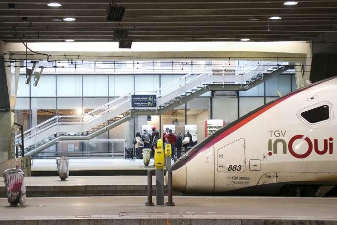 Un train InOui à la gare Montparnasse, à Paris, le 28 octobre.