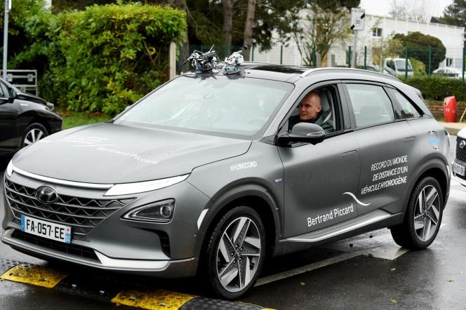 L'aventurier Bertrand Piccard arrive en banlieue parisienne, mardi 26 novembre, au volant de la Hyundai Nexo, après être parti, la veille, de Moselle. Une opération de communication du constructeur sud-coréen pour sa voiture à hydrogène.