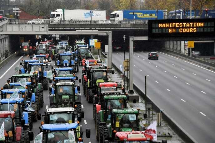 Des exploitants français manifestent sur le périphérique parisien, mercredi 27 novembre. Entre 800 et 900 tracteurs bloquaient les principales portes de la capitale.