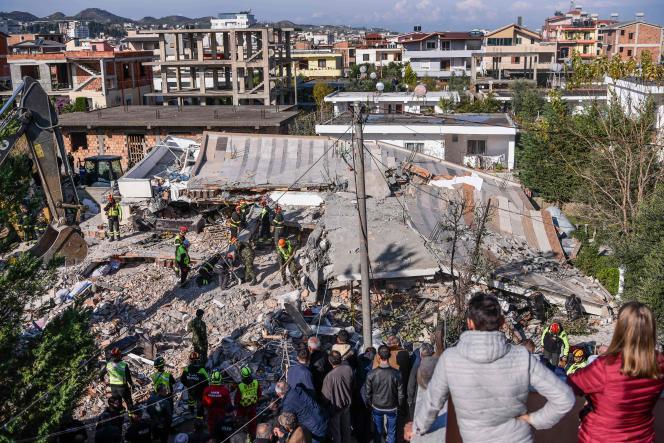 Des habitants observent les secours à la recherche de survivants dans les décombres d'un bâtiment effondré à Durrës, mercredi27novembre.