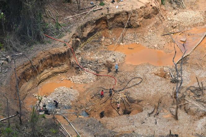 Photo aérienne d'un site d'orpaillage clandestin à Maripasoula, dans le Parc amazonien deGuyane, en septembre.