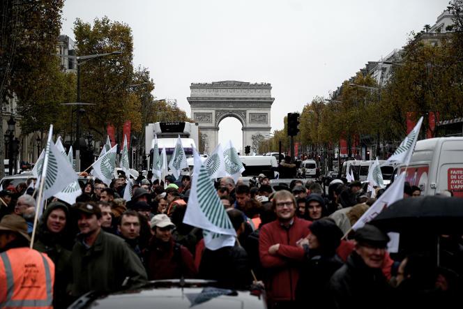 Des agriculteurs manifestent sur les Champs-Elysées, mercredi 27 novembre.