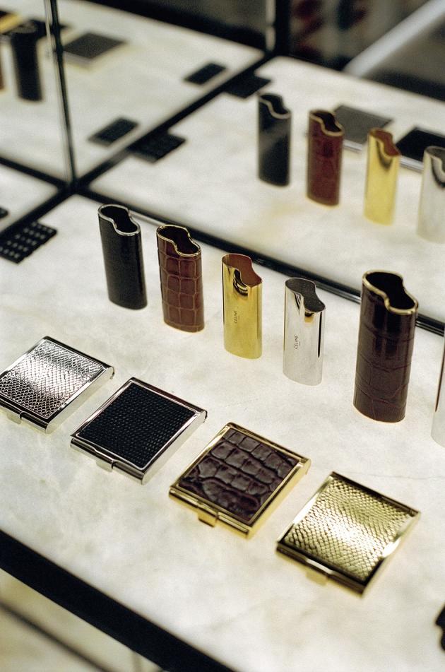 La collection d'étuis à briquet et à cigarettes.