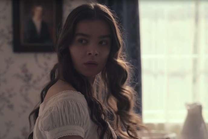 Hailee Steinfeld dans le rôle de la poétesse Emily Dickinson.