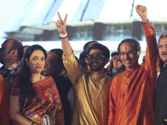 Le dirigeant du parti d'extrême droite Shiv Sena, Uddhav Thackeray (à droite), à Bombay, le 28 novembre 2019.