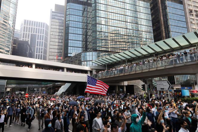 Des manifestants prodémocratie brandissent le drapeau américain dans le centre de Hongkong, le 15 novembre.
