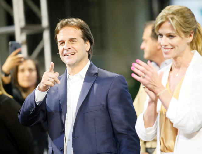 Luis Lacalle Pou et sa femme Lorena Ponce de Leon après le second tour de la présidentielle, à Montevideo, le 25 novembre 2019.
