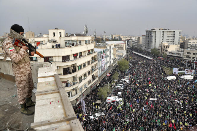 Un soldat iranien surveille un rassemblement pro-gouvernemental organisé par les autorités à Téhéran, le 25 novembre.