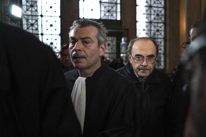 Le cardinal Philippe Barbarin (à droite) arrive à la salle d'audience de Lyon pour son procès en appel, jeudi28novembre2019.