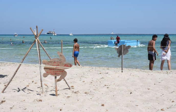 Sur l'île de Kuriat, en Tunisie (ici en août 2019), des zones de protection sont délimitées autour des nids de tortues marines pour ne pas que les touristes marchent dessus.