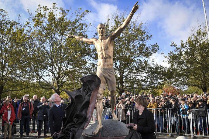 Une statue de l'ancien attaquant suédois, Zlatan Ibrahimovic, avait été inaugurée le 8octobre à Malmö en présence du footballeur et de nombreux fans.