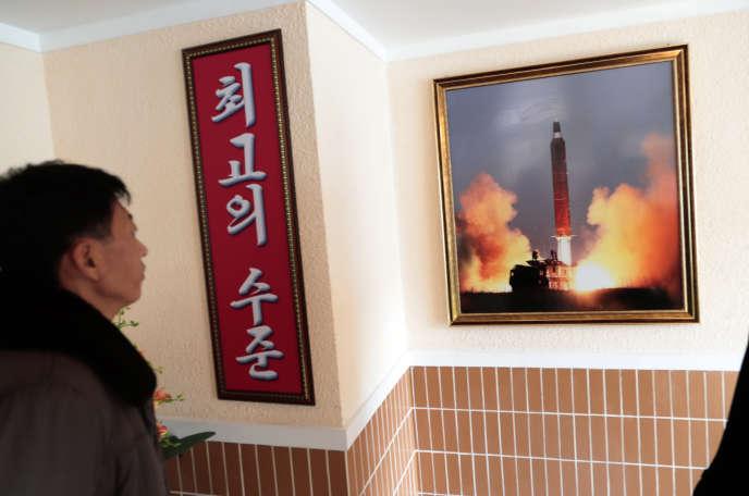 Image d'un tir nord-coréen, affichée dans le dortoir d'une usine, àPyongyang, en novembre.