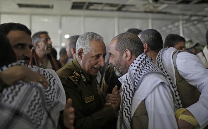 Des rebelles houthistes libérés parRiyad sont accueillis à l'aéroport de Sanaa, au Yémen, le 28 novembre.
