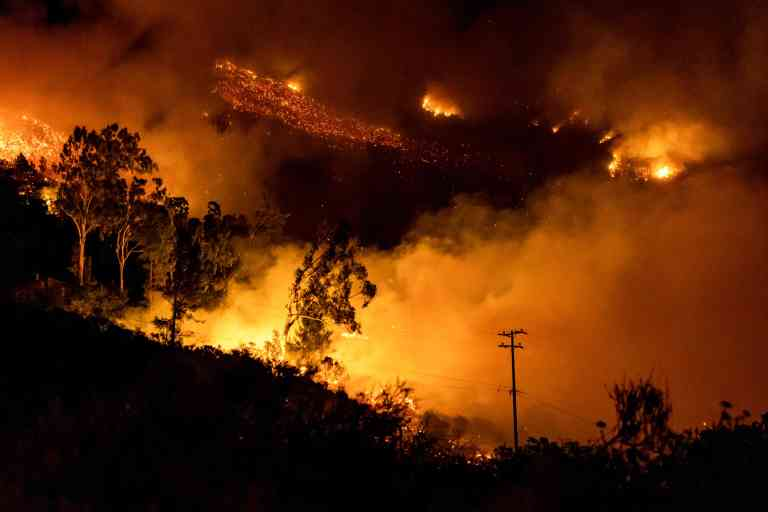 The Cave fire burns a hillside in Santa Barbara, California on November 26, 2019. The wind-driven brush fire that started late on November 25, 2019 in Los Padres National Forest near Highway 154 in Santa Barbara County moved quickly downhill, prompting mandatory evacuations and threatening homes. / AFP / Kyle Grillot
