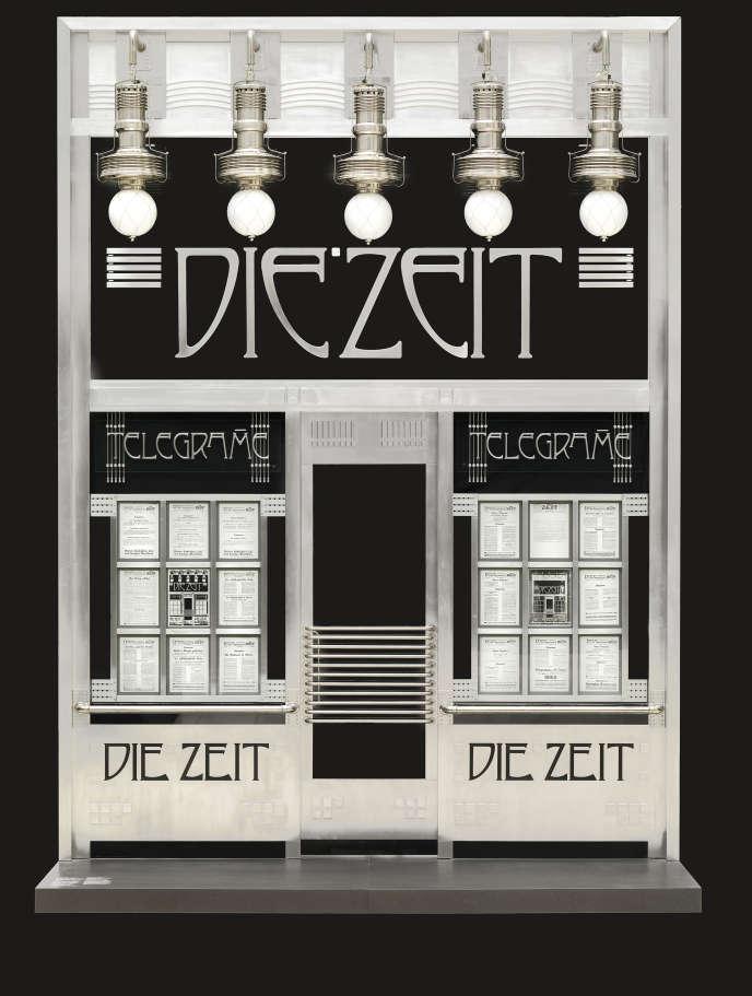 Portail du bureau des dépêches du journal «Die Zeit», Karntner Strasse 39, Vienne, 1902 (détruit), par Otto Wagner. Reconstitution en 1985 par Aodolf Krischanitz et Otto Kapfinger (concepteurs), Portal Metallbau Triebe Cebruder Koranda & Co. (fabricant).