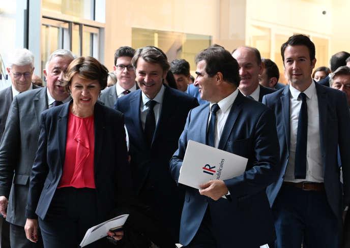Christian Jacob (au centre) après une présentation de l'équipe dirigeante du parti Les Républicains à Paris, le 23 octobre.