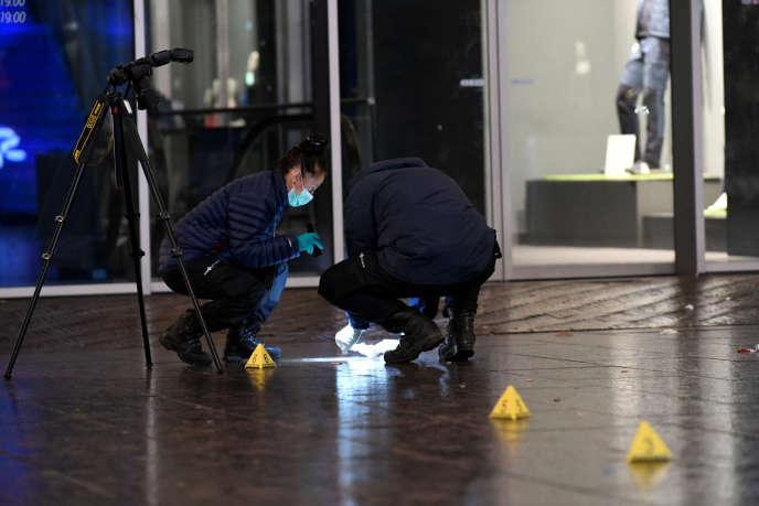Des enquêteurs analysent la scène où s'est déroulée l'attaque au couteau, dans une rue commerçante de LaHaye, vendredi 29novembre.