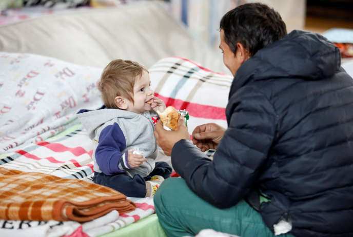 Un enfant mange dans un camp de fortune à Durres, en Albanie, après le séisme, vendredi 29novembre.