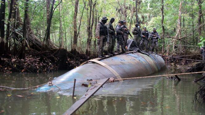 Des soldats équatoriens sur le premier véritable sous-marin saisi chez des narcotrafiquants, en2010.
