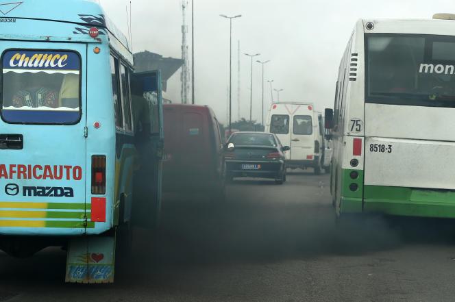 Un axe routier à Abidjan, en Côte d'Ivoire, en novembre 2015.
