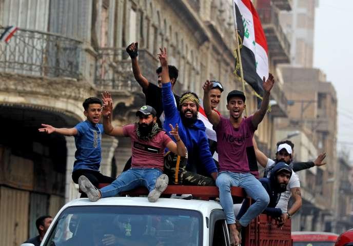 Des manifestants célèbrent la démission du premier ministre Adel Abdel Mahdi, lors d'une manifestation le 29novembre2019 dans le centre de Bagdad.