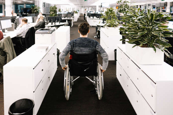 Salarié handicapé dans un bureau, à Berlin, le 24 novembre 2016.