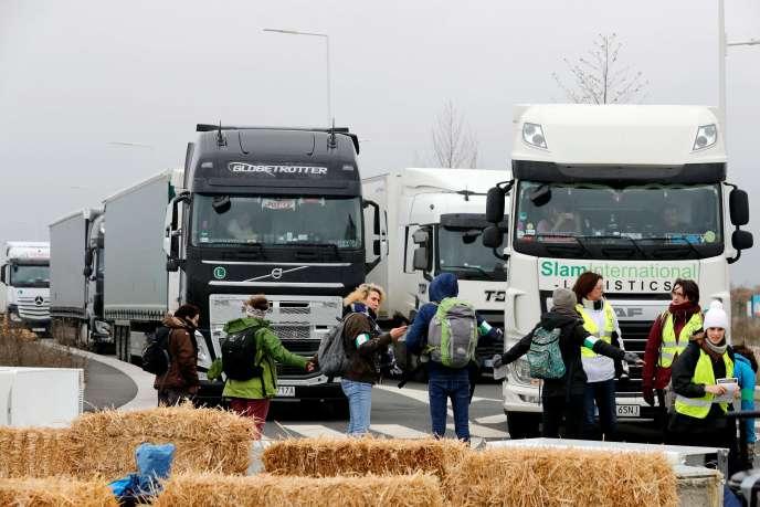 Des militants d'ANV-COP21 et des Amis de la Terre bloquent l'accès au centre logistique d'Amazon, àBrétigny-sur-Orge (Essonne), le 28 novembre.