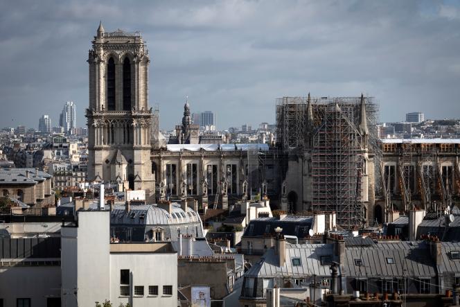 Vue sur les toits aux abords de la cathédrale Notre-Dame à Paris, le 27 septembre.