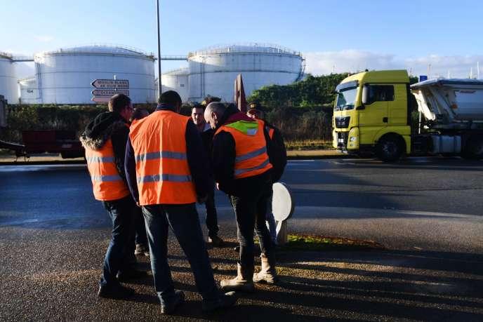 Des professionnels du BTP bloquent des dépôts pétroliers à Brest, le 29novembre.