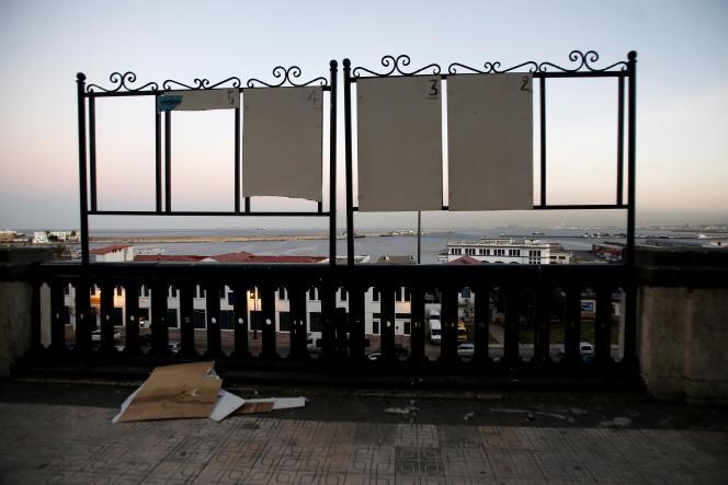 Des panneaux électoraux endommagés à Alger, le 28novembre 2019.