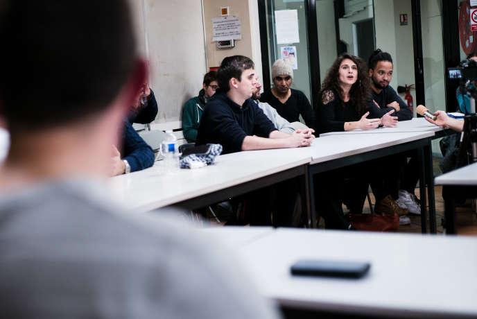Des salariés de la RATP, de la SNCF ainsi que d'autres secteurs professionels se sont réunis pour discuter du mouvement de grève du 5 décembre. Laura, une enseignante, prend la parole.
