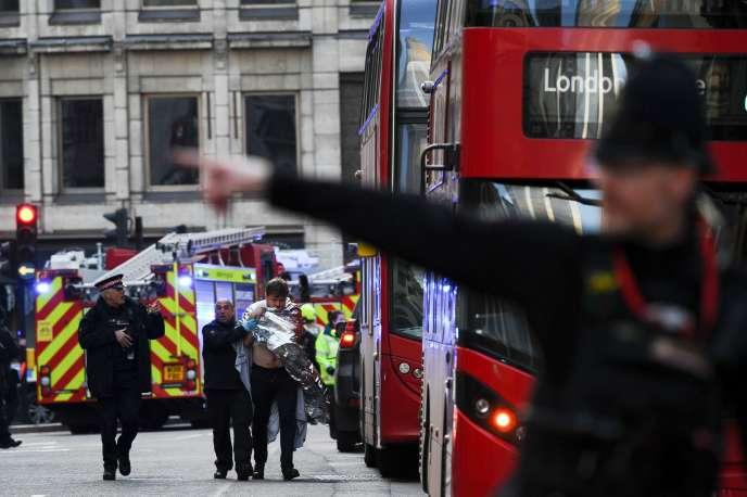 Un blessé est évacué par les forces de l'ordre après une attaque au couteau sur le pont de Londres, le 29 novembre.