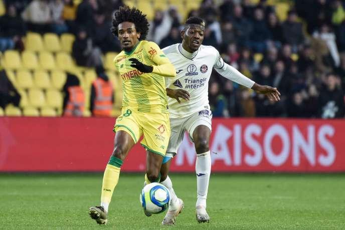 Le milieu de terrain nantais Samuel Moutoussamy aux prises avec le Toulousain Ibrahim Sangaré, le 1er décembre à la Beaujoire.