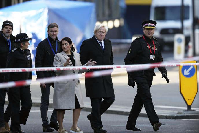 Le premier ministre Boris Johnson se rend sur les lieux de l'attentat, dans le centre de Londres, le 30 novembre.