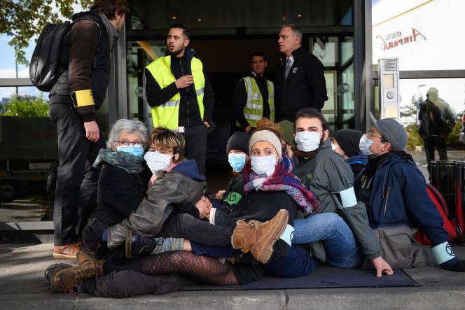 Des activistes d'Extinction Rébellion bloquent l'entrée du terminal où transitent les jets privés, à l'aéroport de Genève (Suisse), le 16 novembre.