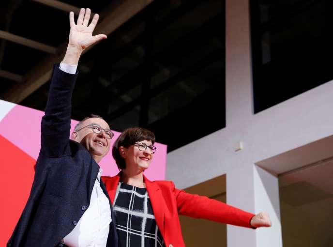 Norbert Walter-Borjans et Saskia Esken après l'annonce de leur électionà la tête du SPD, à Berlin, le 30 novembre.