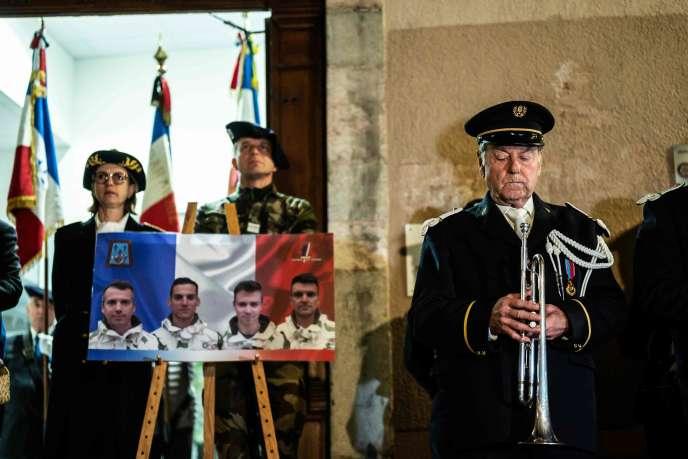 Hommage aux treize soldats français tués au Mali, devant la mairie de Gap (Hautes-Alpes), le 26 novembre.
