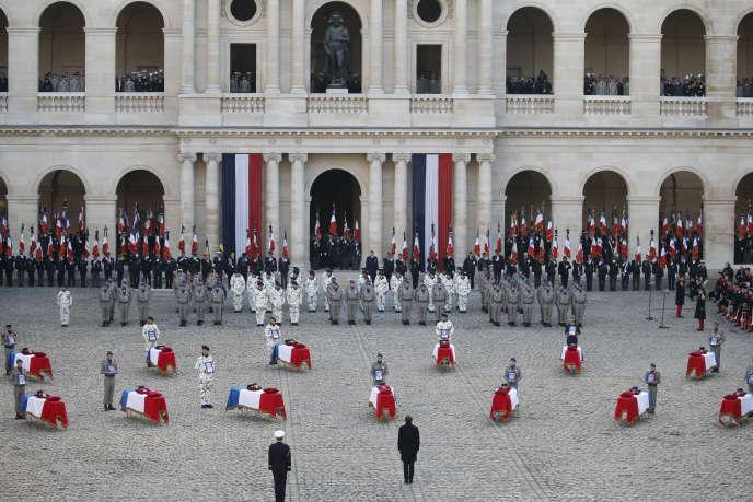 Emmanuel Macron devant les treize cercueilsdes soldats français morts au Mali dans la cour de l'hôtel des Invalides à Paris, pour un hommage national, le 2 décembre.