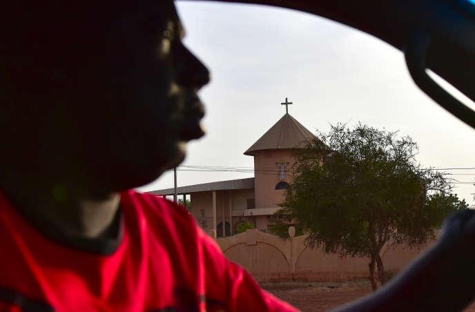 Un automobiliste passe devant une église à Ouahigouya, dans le nord du Bukina Faso, en octobre 2018.