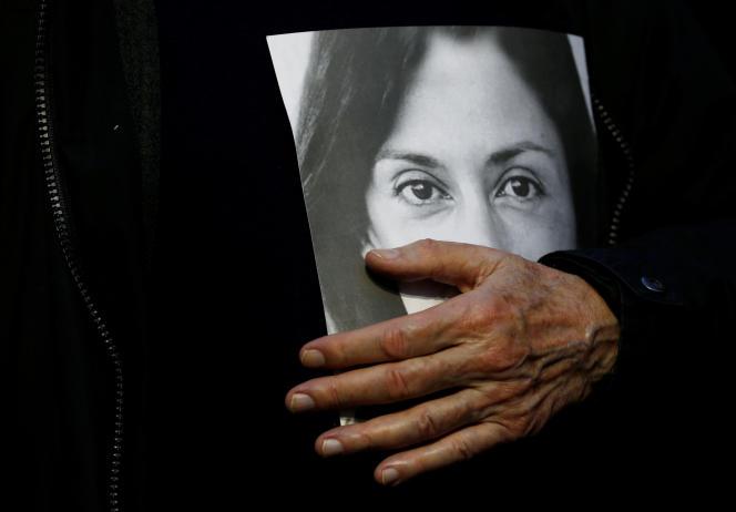 Michael Vella, le père de Daphne Caruana Galizia, tient le portrait de sa fille lors d'une manifestation à La Vallette, à Malte, le 1er décembre.